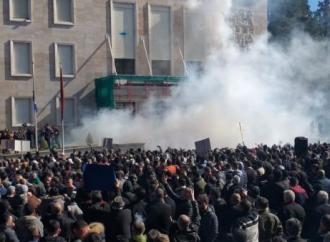 Αλβανία: Οργή κατά του Ράμα - Άγρια επεισόδια έξω από το πρωθυπουργικό μέγαρο
