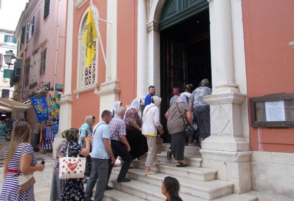 Συνωστισμός τουριστών στη Μητρόπολη