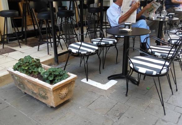 Τέθησαν τα όρια των τραπεζοκαθισμάτων στο ιστορικό κέντρο της Κέρκυρας (φωτορεπορτάζ)