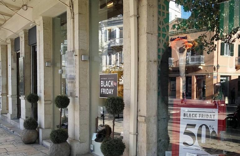8190b71b57f2 ΚΕΡΚΥΡΑ. Έτοιμα για την ημέρα προσφορών Black Friday φαίνονται να είναι  αρκετά από τα εμπορικά καταστήματα, στους κεντρικούς τουλάχιστον δρόμους  της πόλης.